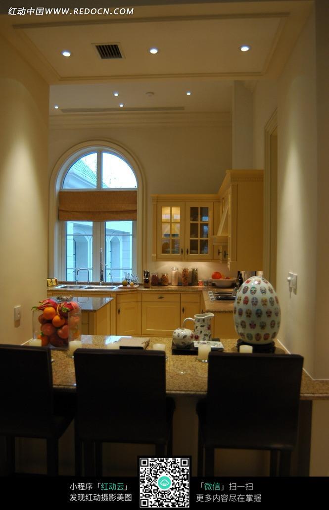 厨房里的厨柜和桌子上的水果和蜡烛图片