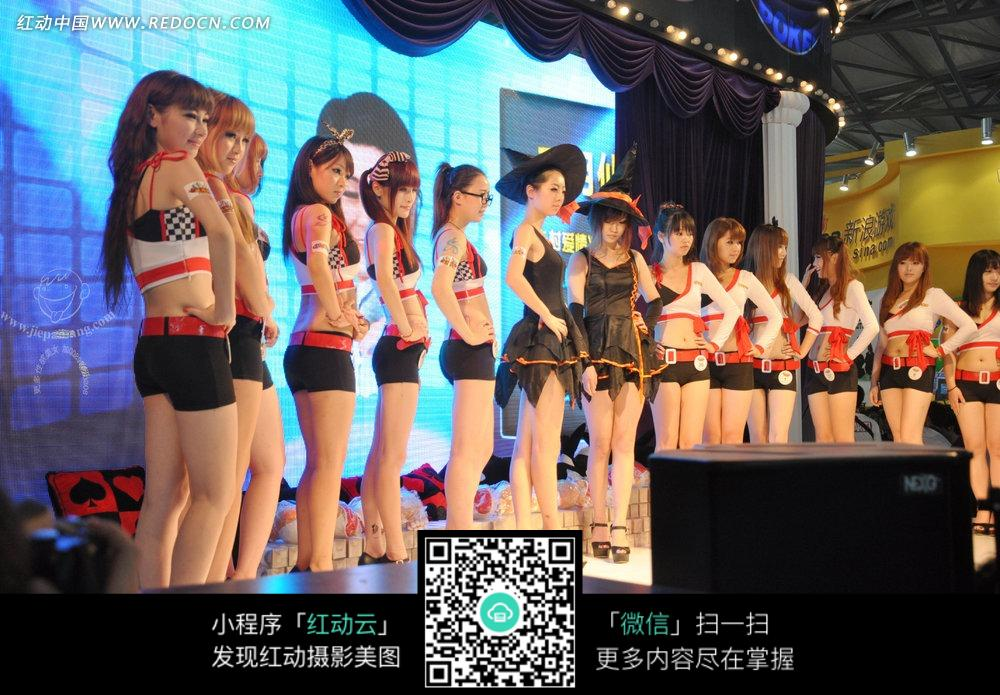 舞台上穿露脐装的清凉美女们图片