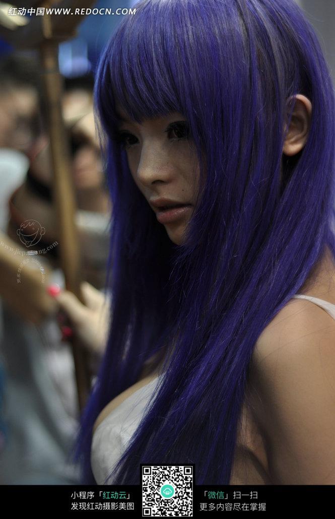 漂亮可爱的紫发美女图片