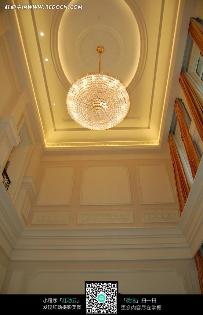 棚顶精美的水晶吊灯图片