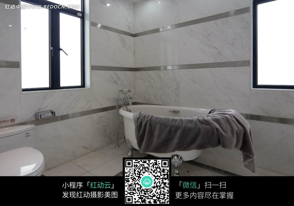 窗户 浴缸 棕色 浴巾 白色马桶 室内装饰 室内设计 摄影图片