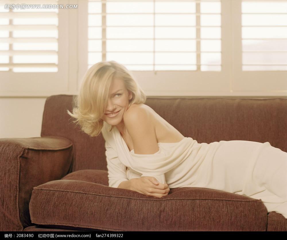 趴在沙发露出香肩的外国美女图片
