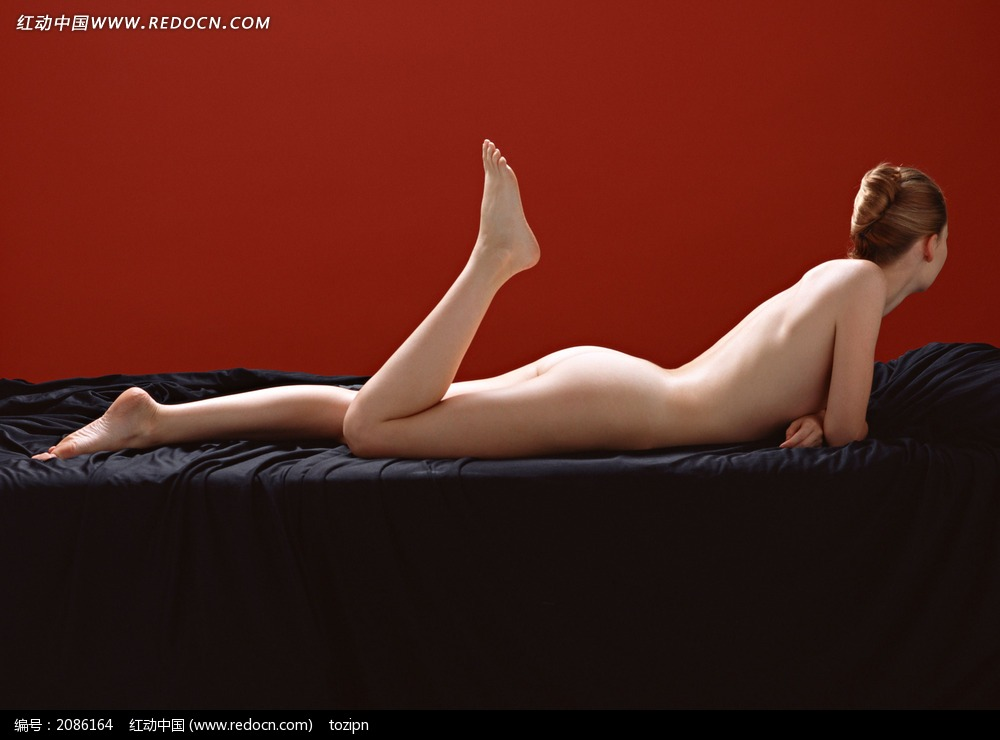 趴着的裸体美女图片