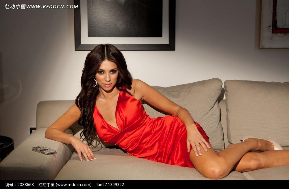 半躺在沙发上的外国性感美女图片