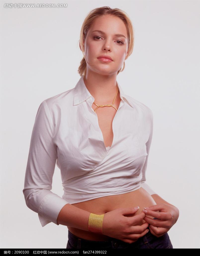 穿白衬衣的外国美女图片