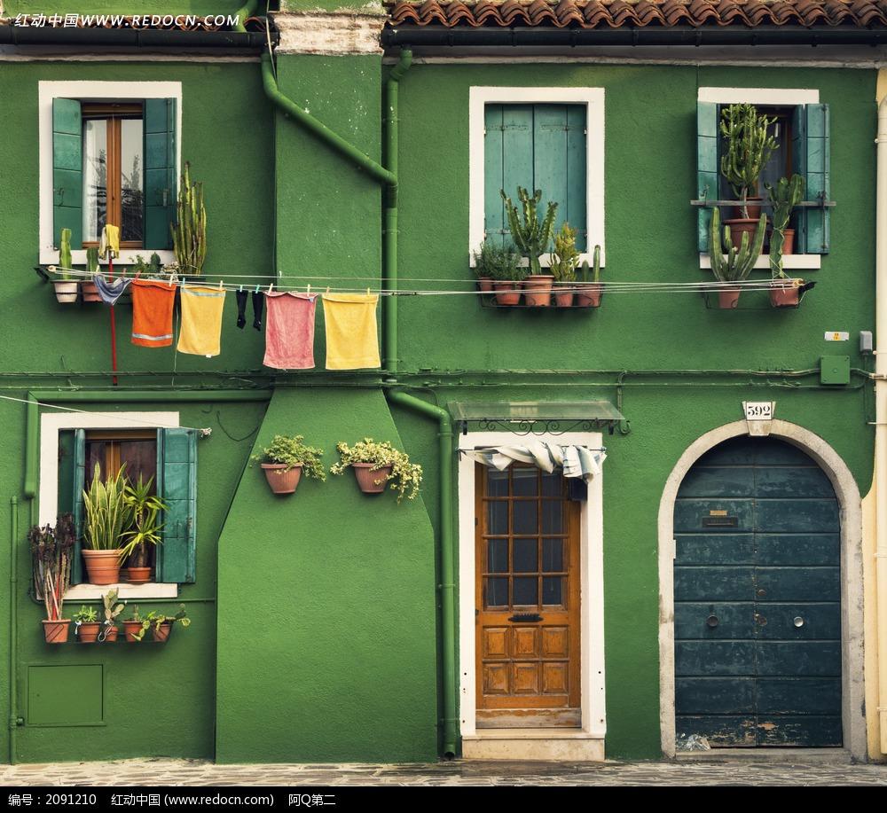 绿色墙壁白色窗户的二层楼