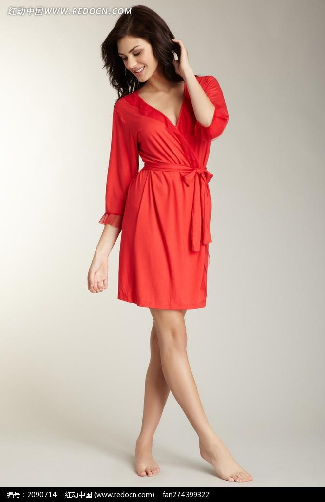 穿红色睡衣的外国美女图片
