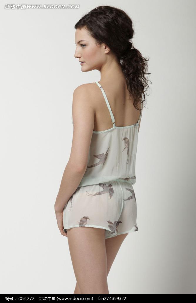 穿透视内衣的外国美女背影图片