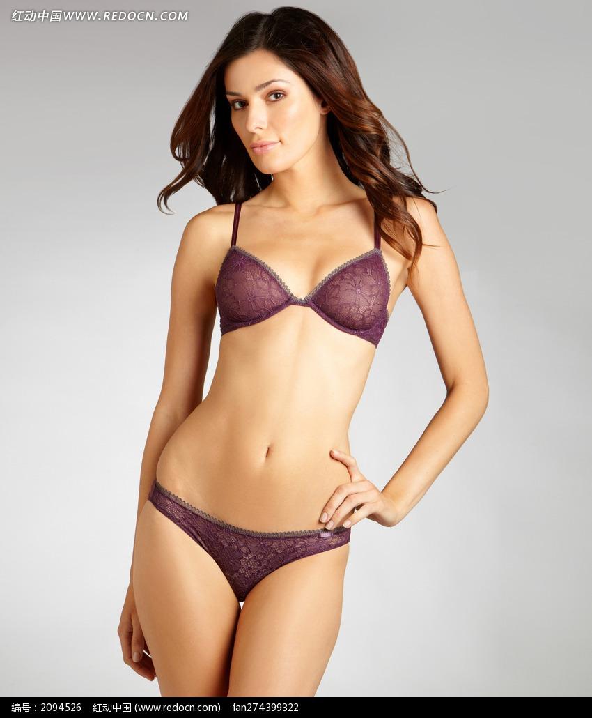 穿紫色内衣单手叉腰的外国美女图片