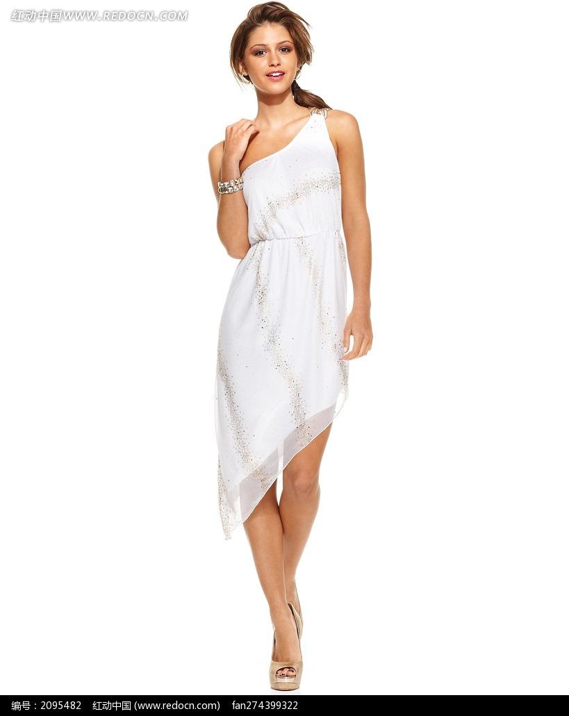 穿白色斜边裙的外国美女图片