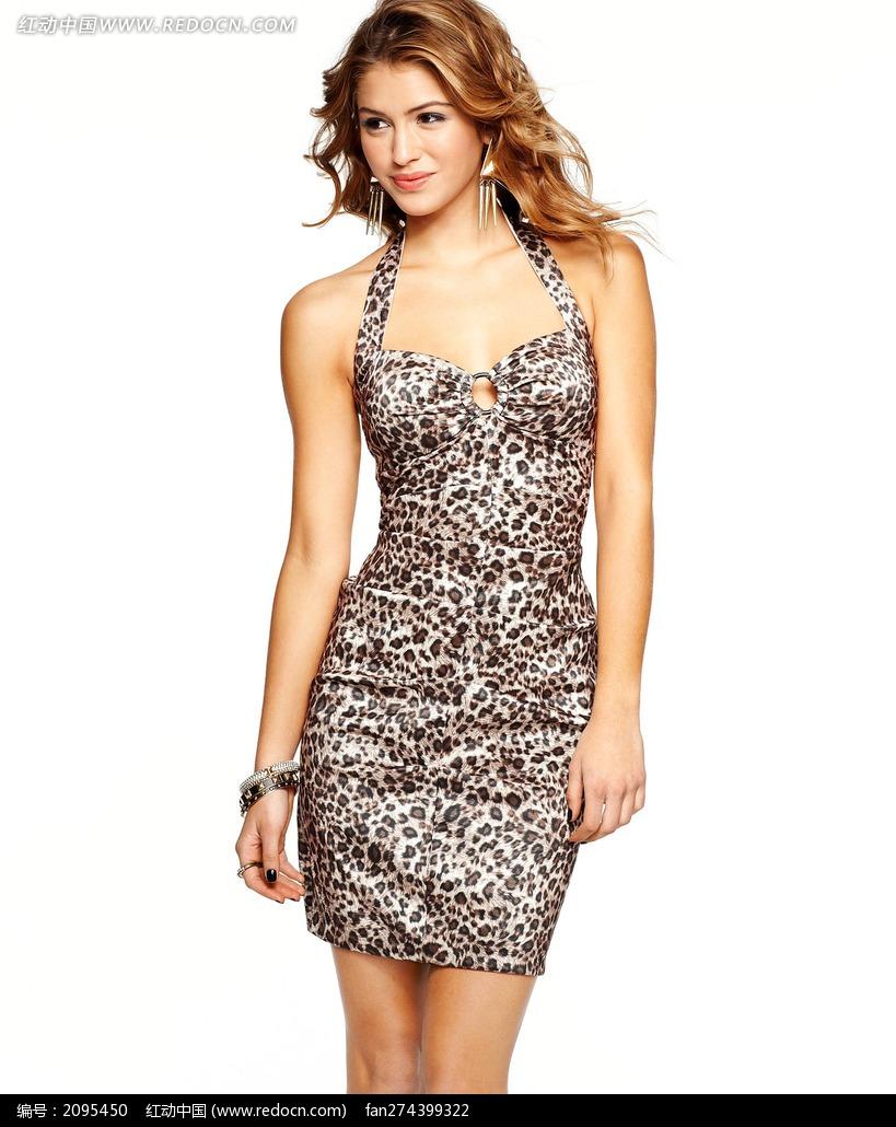 穿豹纹紧身裙的外国美女图片