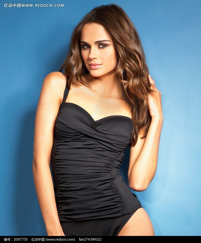 穿黑色连体泳衣的外国美女图片