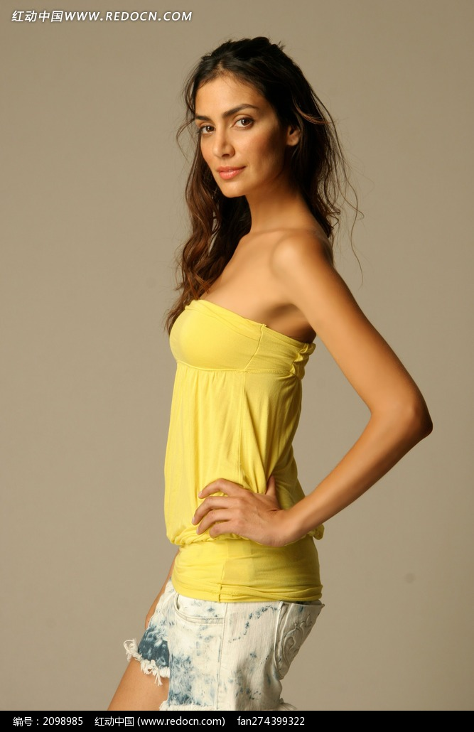穿黄色上衣的外国美女模特图片