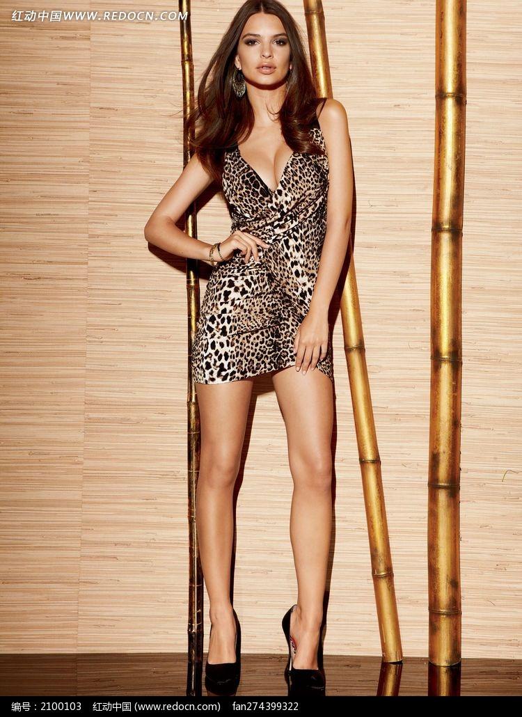 穿豹纹超短裙的外国美女图片