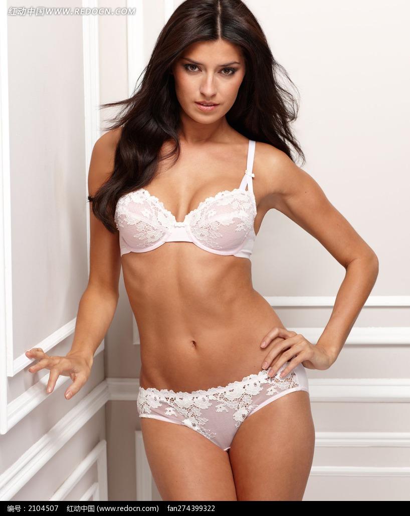 穿白色性感内衣单手叉腰扶墙的外国美女图片