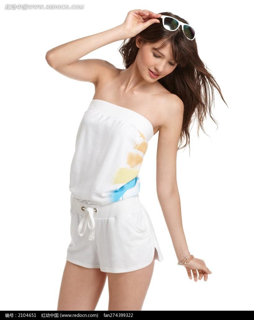 穿白色套装的外国美少女图片 竖