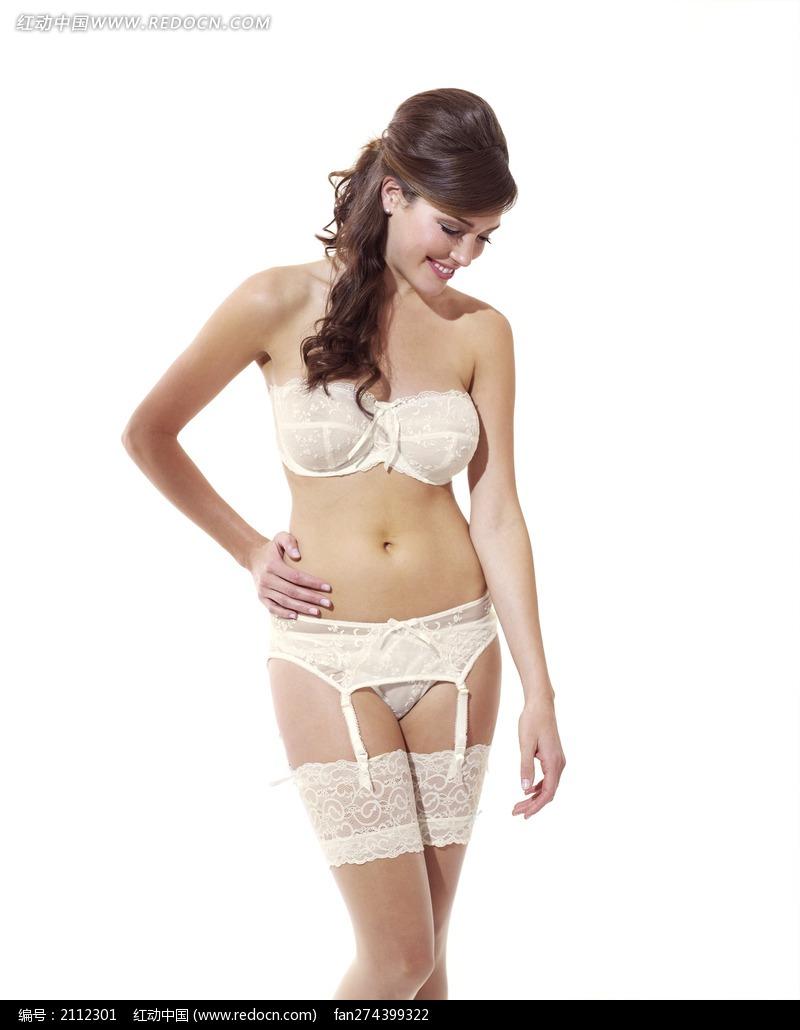 穿白色内衣丝袜低头微笑的外国美女图片