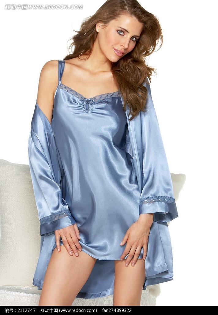 穿蓝色丝绸睡衣的外国美女图片