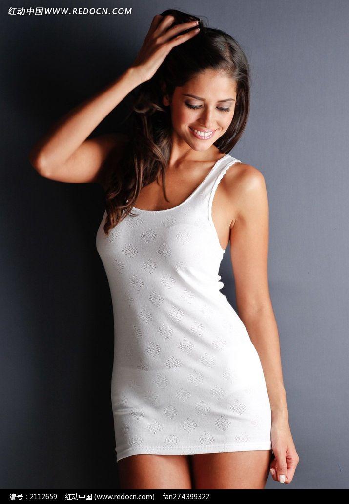 穿白色长背心睡衣的外国美女图片