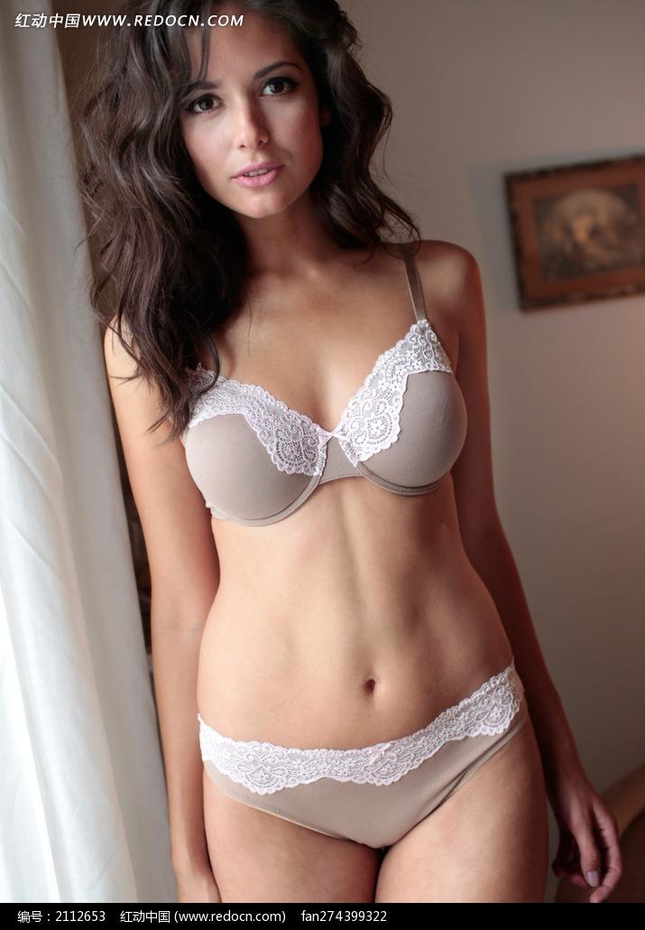 窗边的外国美女图片