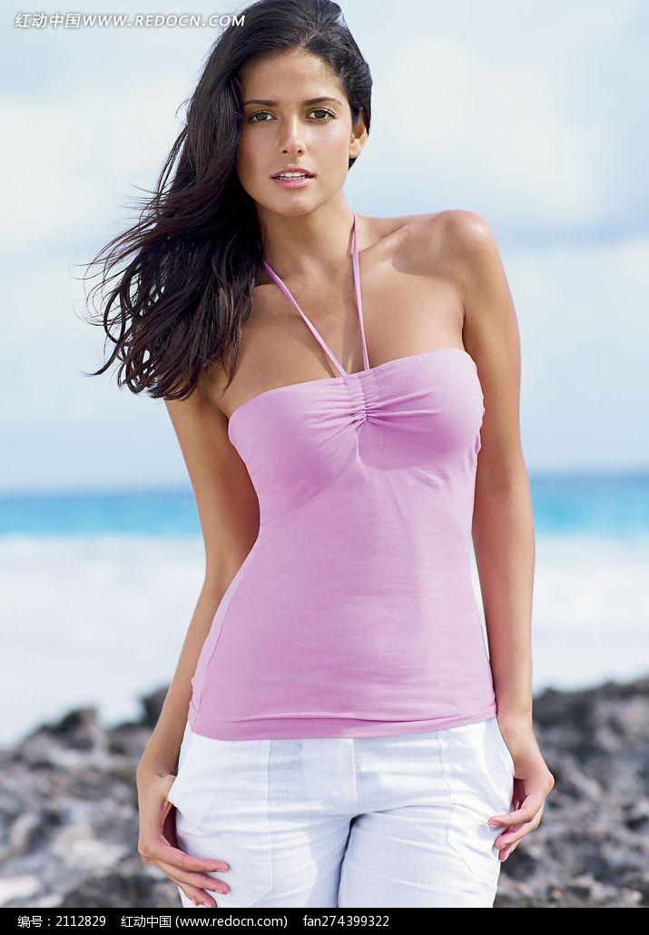 穿粉色吊带上衣站在海边的外国美女