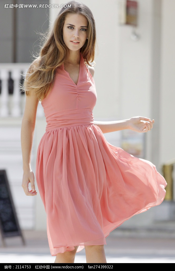 穿粉色连衣裙的外国美女图片