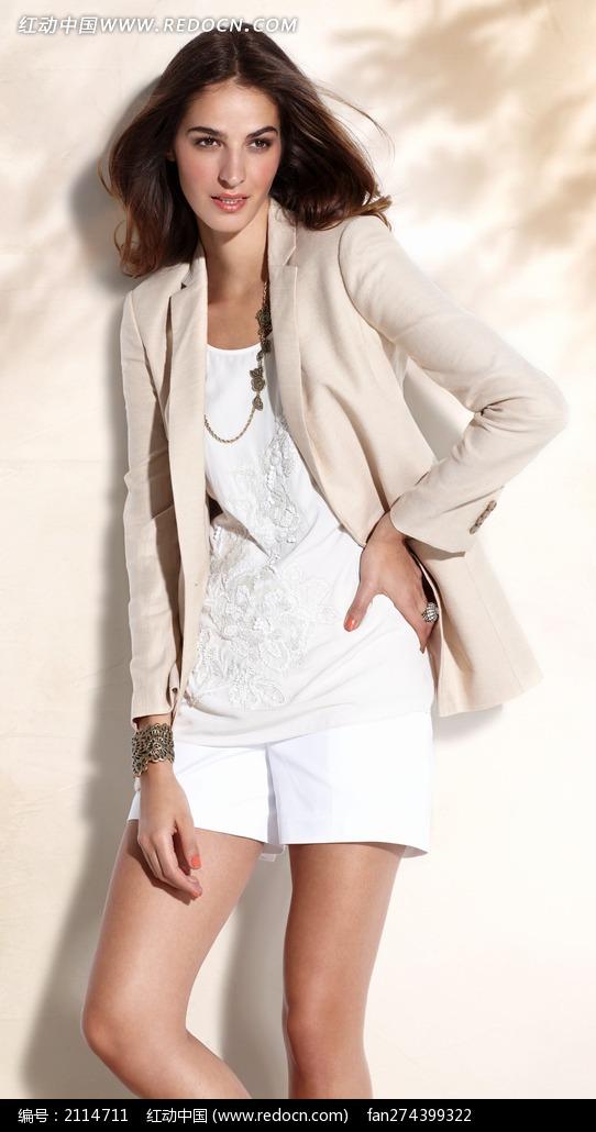 穿白色上衣外套的外国美女图片