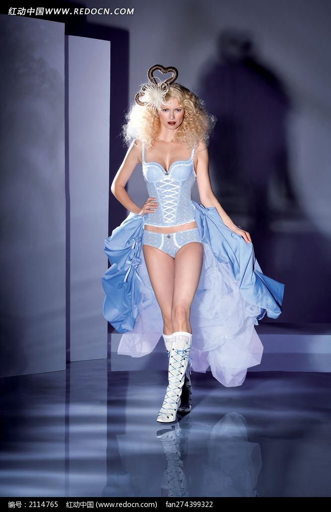 穿蓝色内衣走秀的外国美女图片