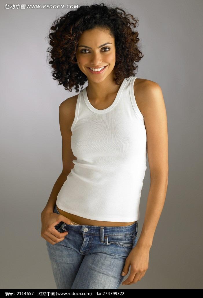 穿白t恤牛仔裤的外国美女
