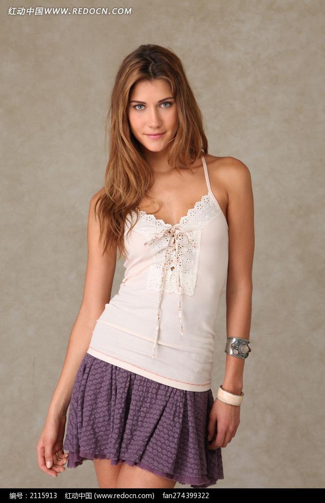 穿白色小衫紫短裙的外国模特