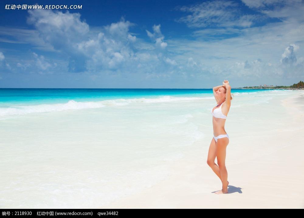 蓝天白云大海沙滩美女