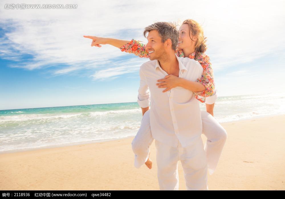 在海边背着爱人的男人图片