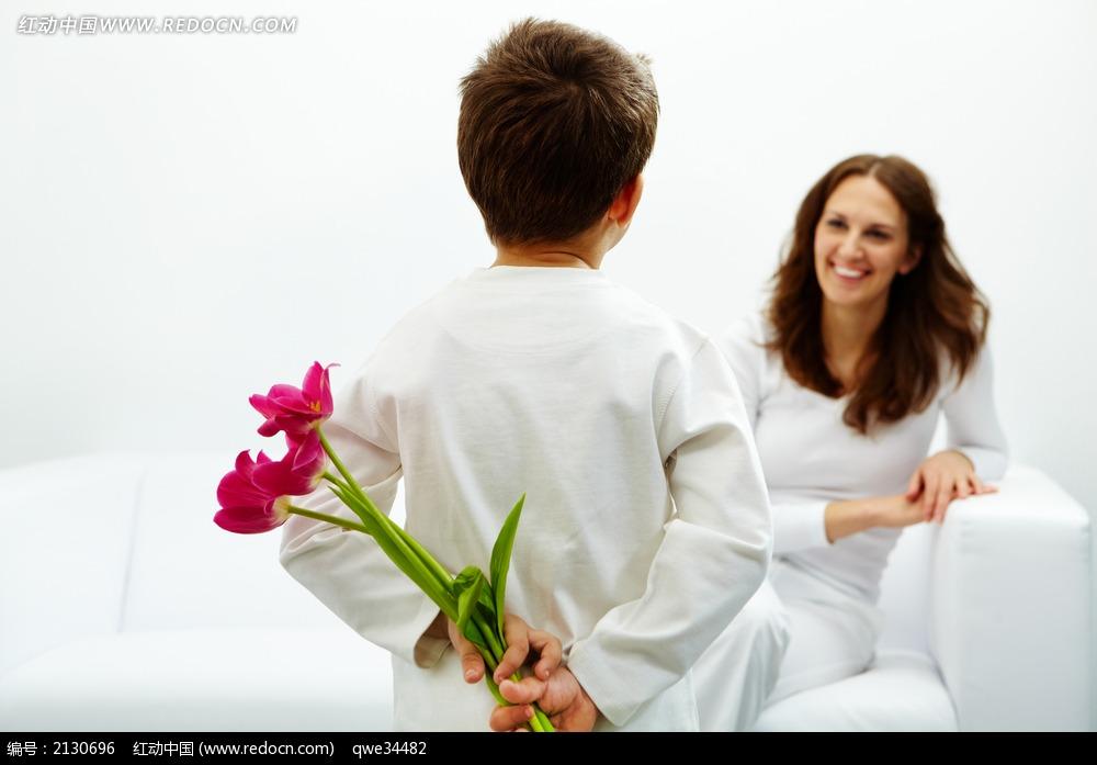 女性 女人 长发 秀发 小孩 儿童 小男孩 背后 白色 开心 笑容 妈妈