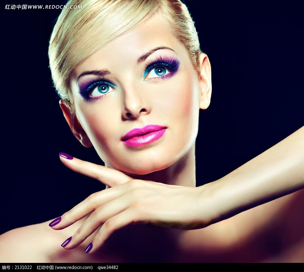 浓妆短发美女模特图片