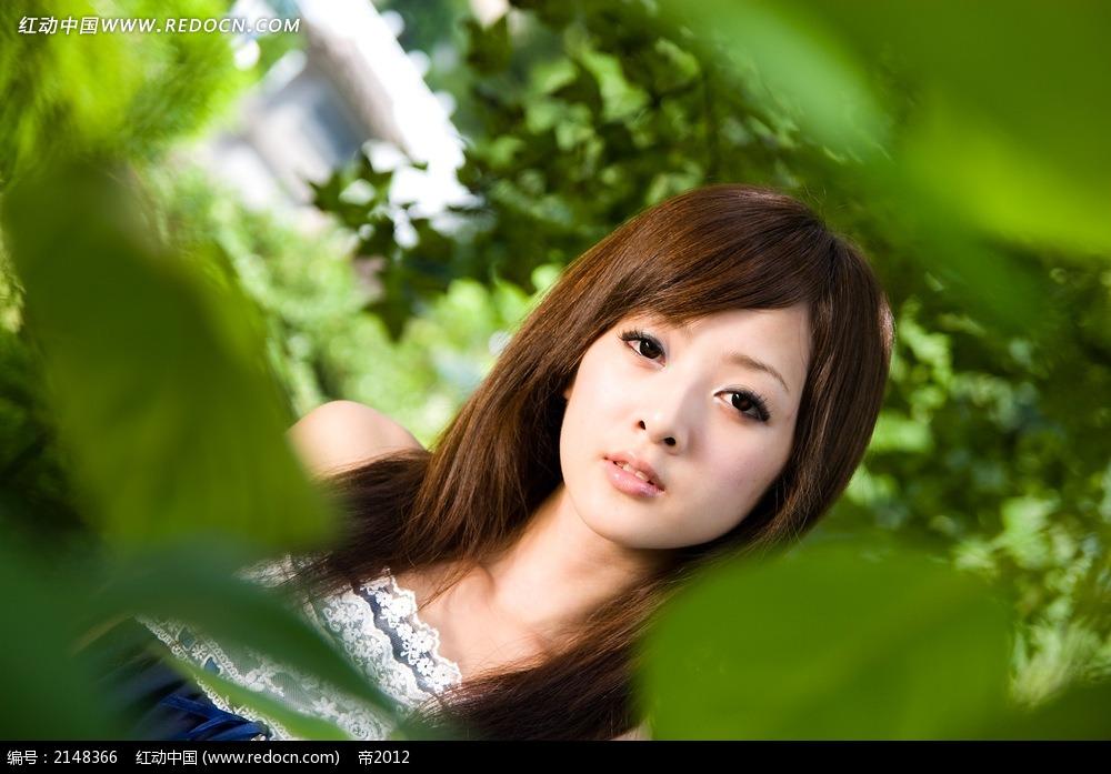 美女和树叶写真摄影图片
