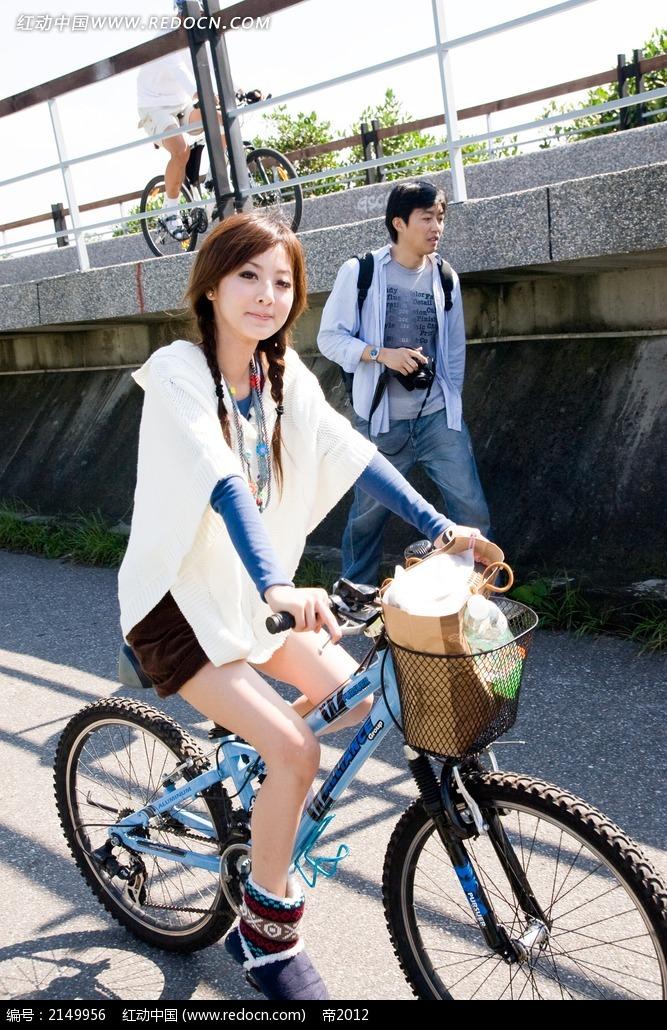 骑自行车的美女写真摄影