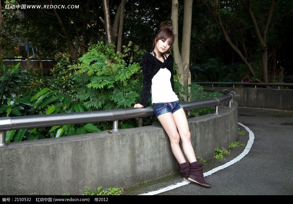 路边的美女写真摄影图片