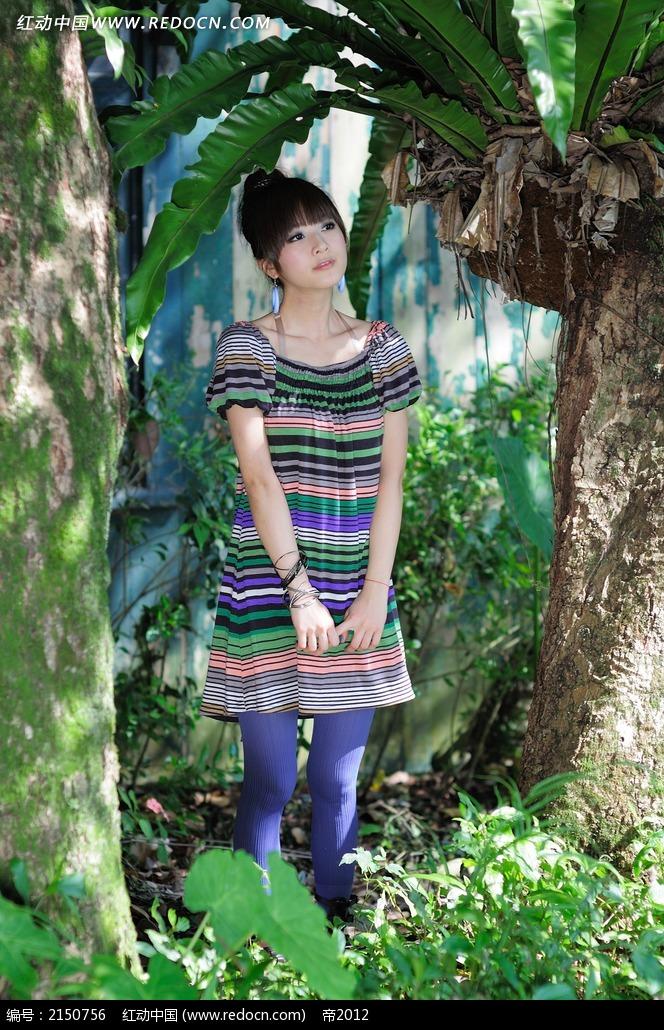 树林中的美女写真摄影图片