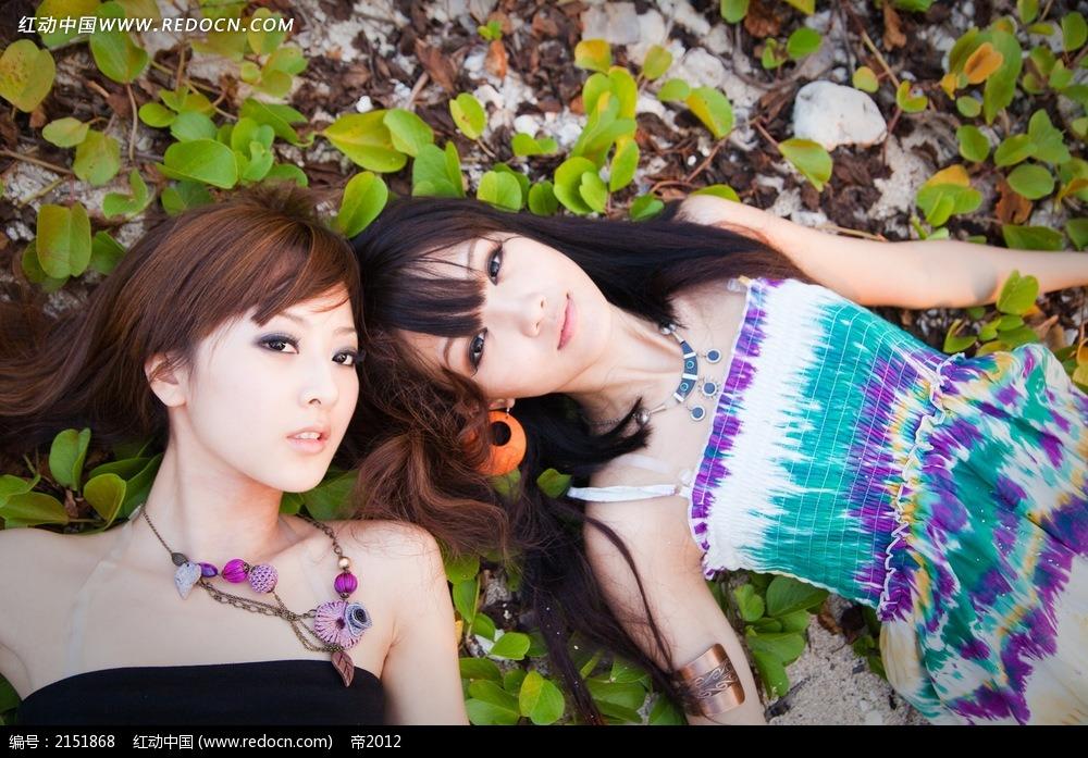 躺在叶子中的美女写真摄影图片