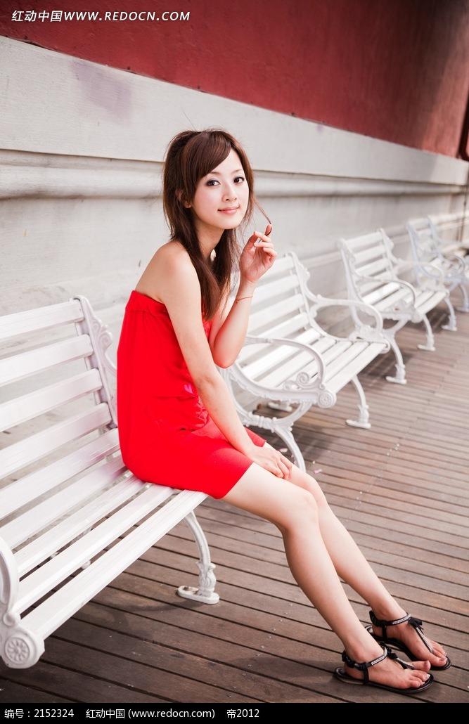 坐在椅子上的美女写真摄影图片