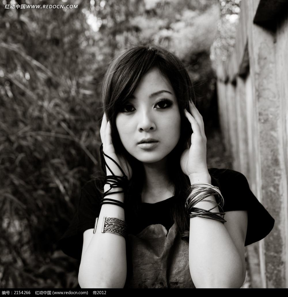 捂着耳朵的 美女 写真摄影图片