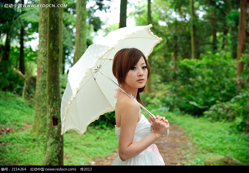 打伞的美女写真摄影图片