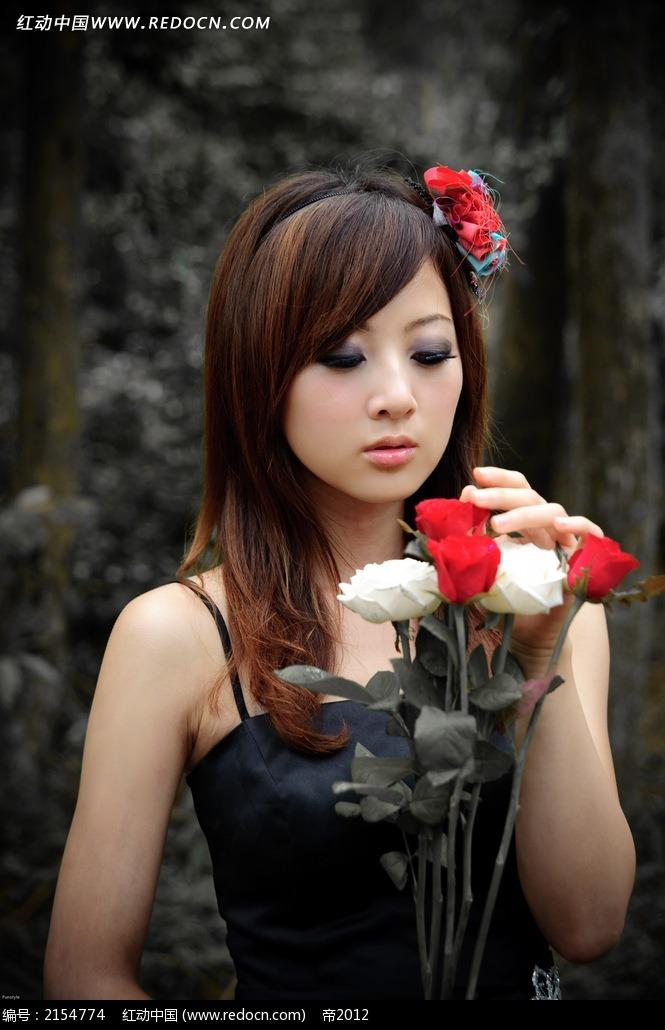 手拿鲜花的美女写真摄影