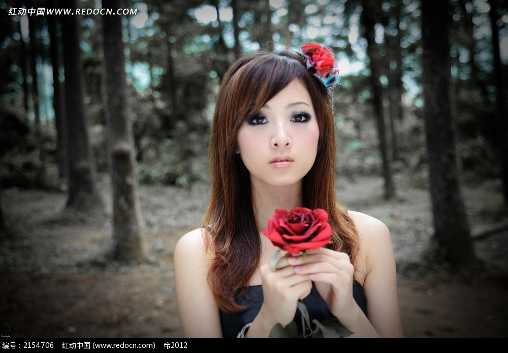 手拿花朵的美女写真摄影图片
