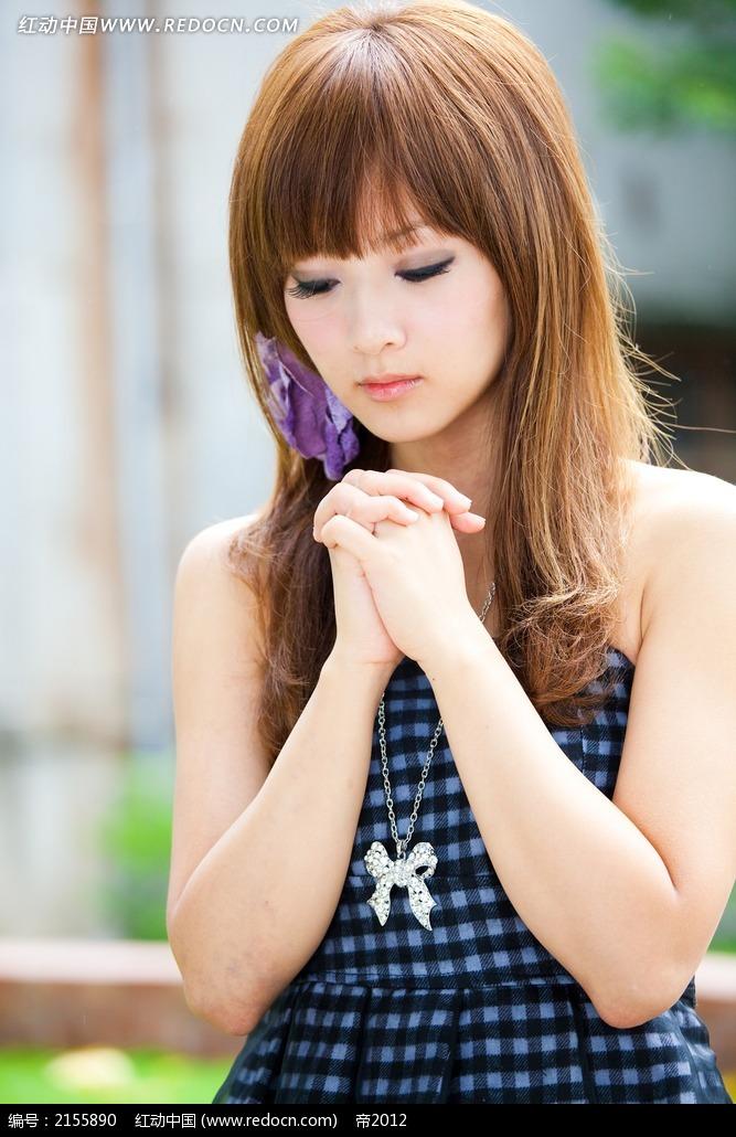 闭眼祈祷的美女写真摄影图片