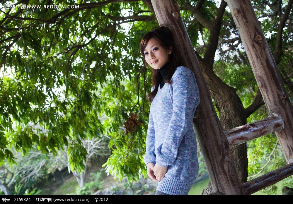 树下的美女写真摄影图片