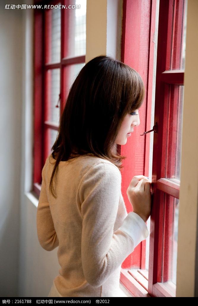 看着窗外的美女写真摄影图片