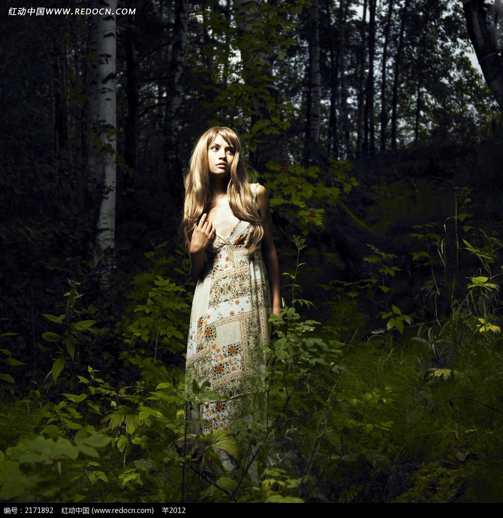 树林里的美女jpg图片