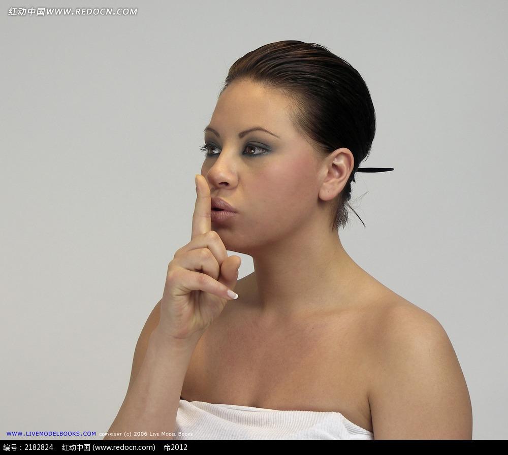 免费素材 图片素材 人物图片 人体摄影 竖起食指放在嘴前的女人上半身