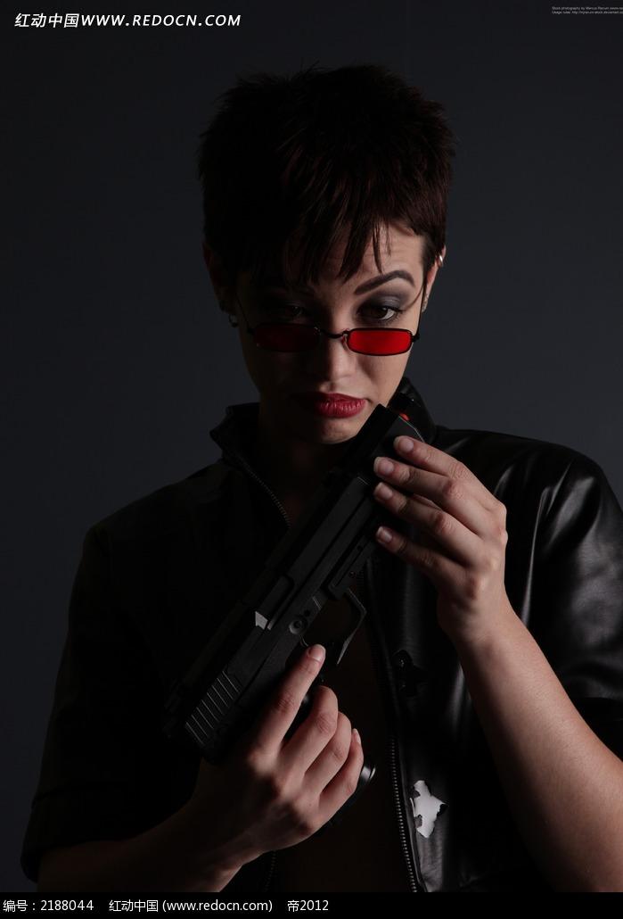 您当前访问素材主题是穿黑衣戴红眼镜低头看着手中枪的女人jpg,编号是图片